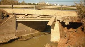 Este es el aspecto que presenta el puente a su paso por el río Pudio después de las lluvias torrenciales.