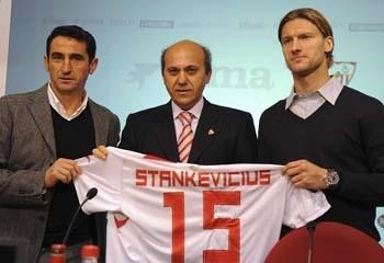 El lituano fue presentado como nuevo jugador del Sevilla y llevará el dorsal número 15/SevillaFC