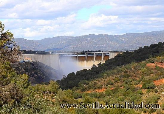 El embalse de Los Melonares, en la Sierra Norte de Sevilla, desembalsa desde el pasado jueves al superar su cota máxima / Juan C. Romero