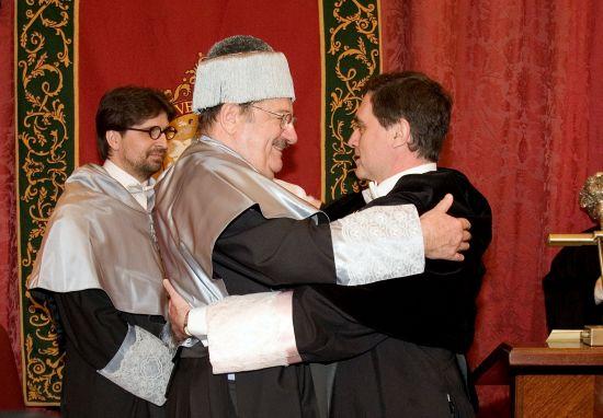 El decano de la Facultad de Comunicación, Francisco Sierra, junto a Umberto Eco, que abrazo al rector de la Universidad de Sevilla, Joaquín Luque