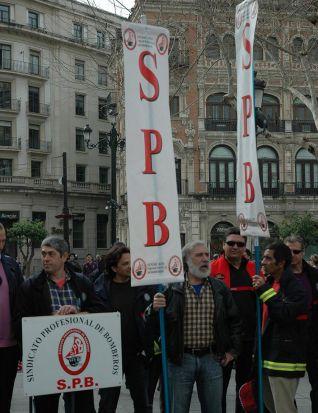 Bomberos durante la manifestación en la puerta del consistorio/Ernesto Molina.