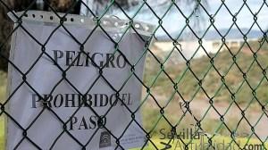 Un cartel advierte a los curiosos en uno de los accesos a los diques del pantano de Los Melonares / Juan C. Romero