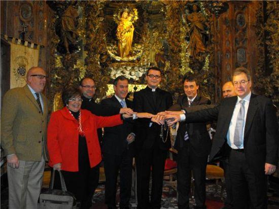 El alcalde de la localidad, con algunos delegados y consejeros en el acto inaugural