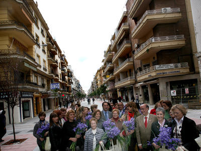El delegado de Presidencia y Urbanismo, Alfonso Rodríguez Gómez de Celis y Teresa Florido, delegada del distrito Los Remedios junto a varias mujeres representantes de varias entidades con motivo del Día Internacional de la mujer.