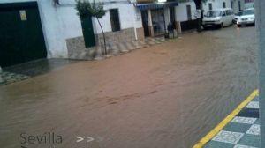 La avalancha de agua convirtió la travesía, avenida Antonio Machado, en un impresionante e inédito arroyo / SA