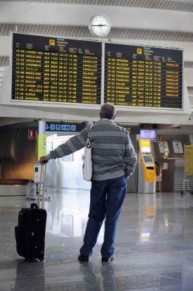 Ésta ha sido la imagen más repetida hoy en los aeropuertos españoles, como el de Bilbao/Reuters