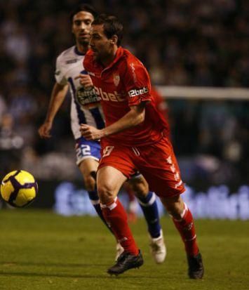 Fernando Navarro en una jugada de un encuentro del Sevilla Club de Fútbol / SevillaFC
