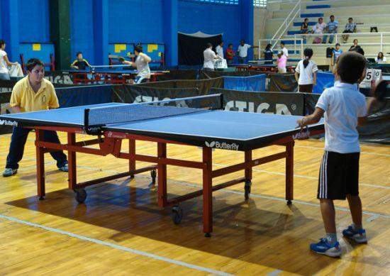 Niños practicando tenis de mesa / SA