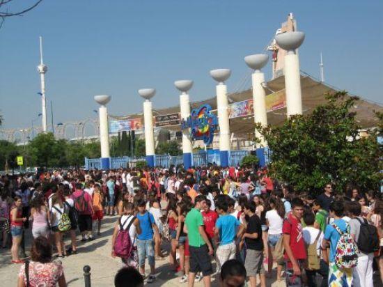Más de 10.000 escolares visitaron ayer Isla Mágica para celebrar que habían terminado el curso