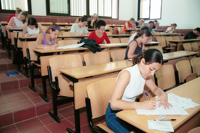 Un grupo de opositores durante un examen