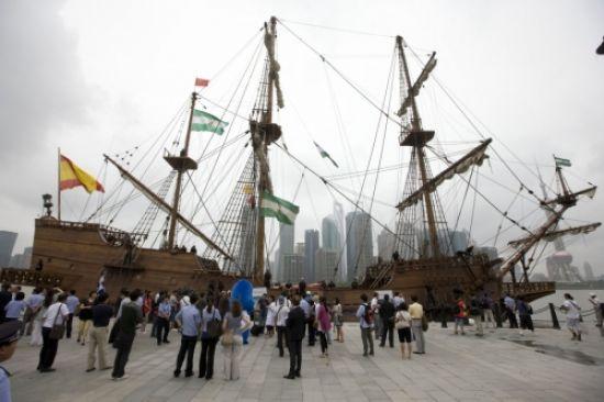 El Galeón Andalucía entre los rascacielos de la ciudad china de Shangai/Fundacion Nao Victoria