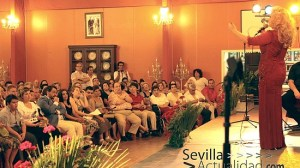 Un momento de la actuación de Patricia Vela en la dehesa Yerbabuena con los chicos de Adisca ocupando las primeras filas junto al escenario / Juan C. Romero