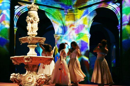 La fuente es el principal elemento escenográfico de la obra/sa