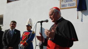 El cardenal estuvo presente en el momento en que se descubrió el rótulo