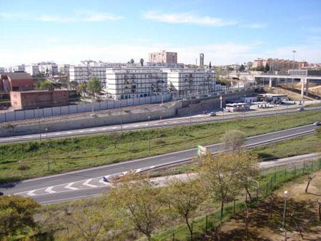 Imagen de la carretera que, según los estudios de Metro de Sevilla, es la responsable del ruido excesivo en la zona