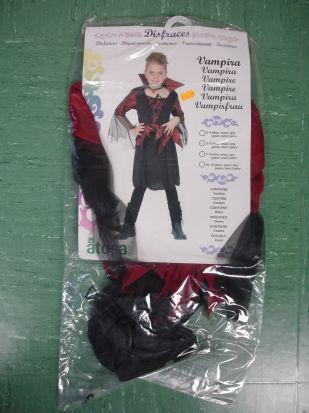 Disfraz de la bruja-vampiresa que ha sido retirado por la Consejería de Salud.