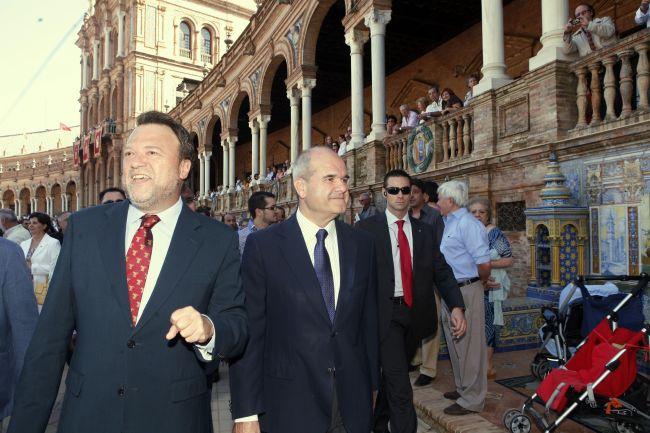 Los pitos y abucheos de los manifestantes impidieron que se escucharan los discursos de Chaves y Monteseirín