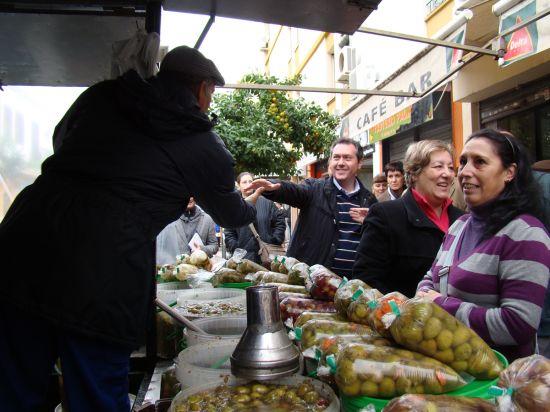 Juan Espadas hablando con vecinos y comerciantes del barrio de Miraflores