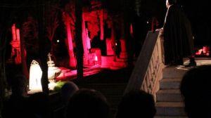 El interés por disfrutar de la función 'Don Juan Tenorio' en el Cementerio Central de Montevideo obligó a la organización a ampliar dos noches más la representación / Juan C. Romero