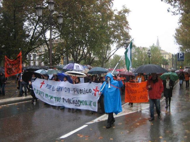 Los manifestantes han recorrido las calles de Sevilla bajo la lluvia/PEPA