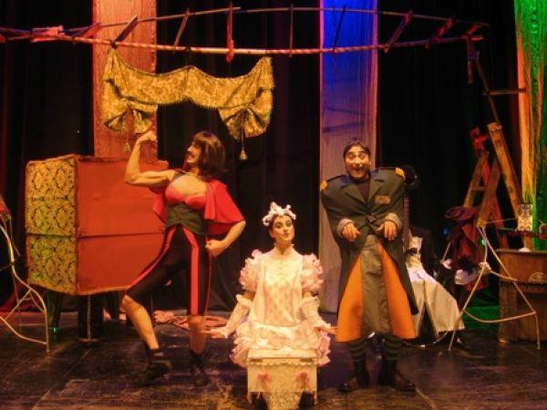 La obra transcurre en una barraca de feria, protagonizada por tres monstruos/ymedioteatro