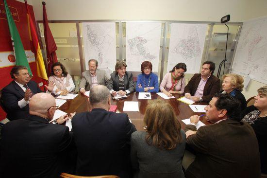 El candidato popular, Juan Ignacio Zoido, en la reunión con los representantes del sector de la moda sevillana.