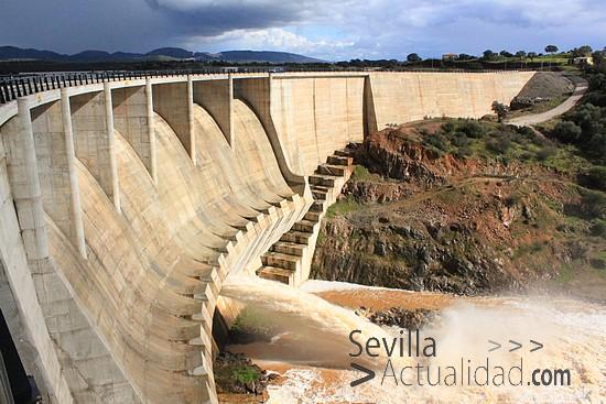 Las compuertas del embalse de Los Melonaresse desembalsaron por primera vez en febrero de 2010 / Juan C. Romero