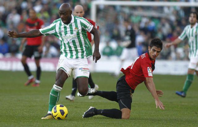 Un solitario gol de penalti de Emaná sirvió al Betis para mantener el liderato/Pizarro