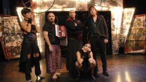 Emilio Goyanes rinde homenaje a la barraca de atracciones en la nueva producción de Laví e Bel, que consiguió el premio Max 2008 al mejor espectáculo musical con 'Cabaret Líquido'. / juntadeandalucia