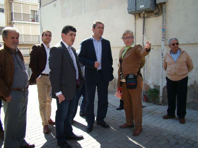 El candidato del PSOE ha mantenido esta mañana una reunión con los vecinos de Villegas