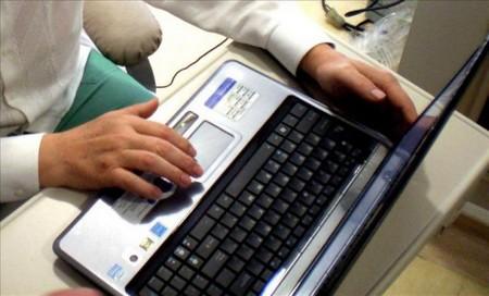 El 83,5% de los menores se conectan a Internet sin la adecuada supervisión paterna./EFE