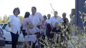 Carmen Rodríguez Hornillo junto a algunos ancianos de la residencia/SA