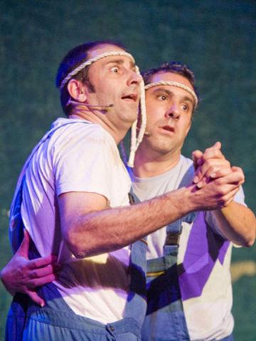 Silvio y Richi, trabajadores de la construcción, sufren mal de amores. /lafundicion
