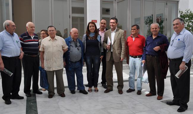 Juan Espadas esta mañana con algunos vecinos del Polígono de San Pablo