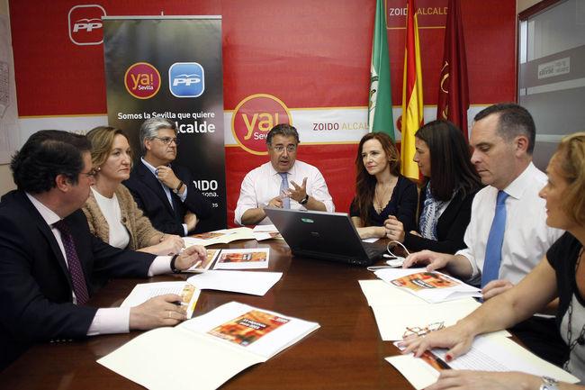 Zoido con miembros de su candidatura a la Alcaldía de Sevilla/PP