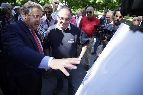 Zoido presentando el proyecto del aparcamiento a los vecinos de Triana