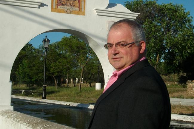 El concejal y candidato de Mayoría Democrática de Castilblanco, Antonio Vela, posa en el remodelado Pilar Nuevo / Sevilla Actualidad