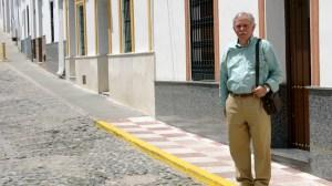 El ex alcalde y candidato a la Alcaldía por IU-Nueva Izquierda, Manuel Ruiz Lucas, posa en la calle Tejares de Castilblanco / Sevilla Actualidad