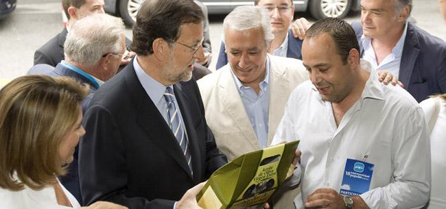 Mariano Rajoy recibió un obsequio a su llegada a la Intermunicipal de Sevilla