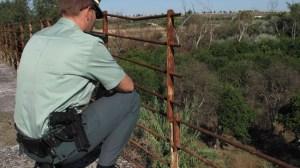 Un agente junto a parte de la barandilla del puente