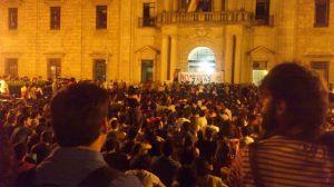 La Universidad de Sevilla vive este lunes su quinta jornada de un paro académico que también secunda la Universidad Pablo Olavide. Imagen del encierro en el Rectorado / Twitter