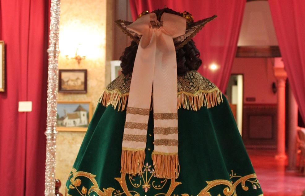El nuevo traje de Pastora de la Virgen de Escardiel durante la exposición en el Círculo Mercantil de Sevilla/Juan Carlos Romero