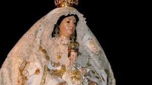 La Virgen de Escardiel procesiona esta noche tras la celebración de la Misa Pontifical en la Parroquia del Divino Salvador de Castilblanco / Fotografía: Juan Carlos Romero