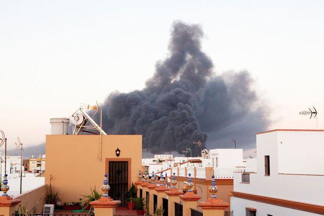 Imponente nube de humo negro procedente del incendio que se aprecia desde el núcleo de Los Palacios/ Francisco Amador