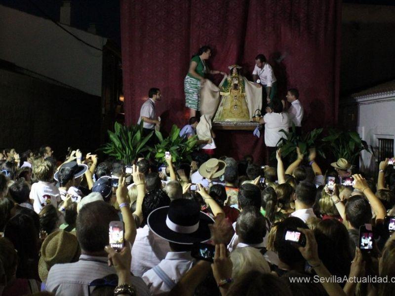 La Virgen de Escardiel fue descubierta pasadas las diez de la noche tras un camino que transcurrió sin incidencias para los peregrinos / Juan Carlos Romero