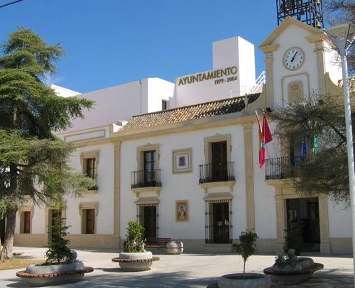 El alcalde Domingo Delgado (PP) expulsó al concejal de Izquierda Unida que portaba un pin con la bandera republicana. / Sevilla Actualidad