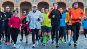 Abel Antón en la línea de salida de la maratón desde la Plaza de España / Maratón Ciudad de Sevilla