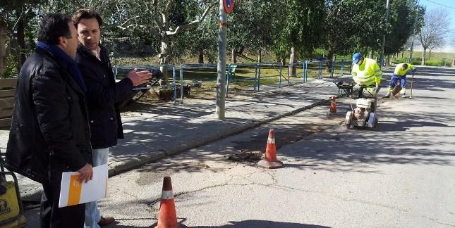 Comienzan las tareas de reparación del asfaltado de las calles de la Barriada Palmente / Sevilla Actualidad