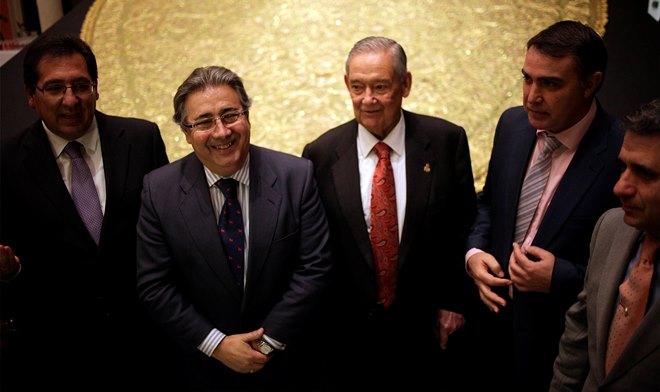 El alcalde de Sevilla, Juan Ignacio Zoido, junto a representantes de la Junta de Gobierno de la Hermandad de la Macarena / Sevilla Actualidad