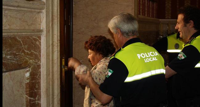 El presidente del Pleno ordenó el desalojo de los inquilinos de Emvisesa de la sesión plenaria cuando estos protestaron por el rechazo a la moción de IU que demandaba crear una comisión de investigación en el caso / Sevilla Actualidad